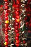 Julmarknad: äpplen och kottar Arkivbild