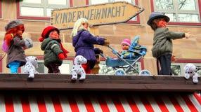 Julmarknad för barn Skylt vägvisare till: Kinderweihnacht Arkivbild
