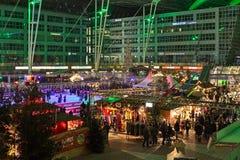 Julmarknad i den Munich flygplatsen, Tyskland arkivfoton