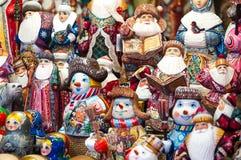 Julmarknad i den röda fyrkanten, Moskva Sale av berömda och populära sagatecken för leksaker, statyetter royaltyfri bild
