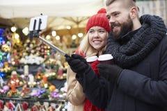Julmarknad med att älska personen Royaltyfria Bilder