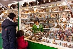 Julmarknad nära Sagrada Familia Arkivfoto