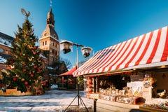 Julmarknad på kupolfyrkant med den Riga kupoldomkyrkan i Riga royaltyfria bilder