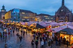 Julmarknad på skymning Nuremberg, Tyskland royaltyfria foton