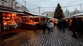 Julmarknad på staden Hall Square i Tallinn lager videofilmer