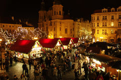 Julmarknaderna på den gamla stadfyrkanten i Prague, Tjeckien Fotografering för Bildbyråer