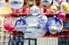 Julmarknadsgarnering - delikata glass bollar Royaltyfria Bilder