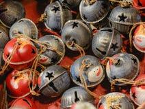 Julmarknadsgarnering - färgglade klockor Royaltyfri Fotografi