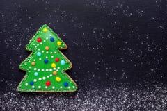 Julmat, handgjord kaka som ett dekorerat julträd på svart med mjöl som snö arkivbilder