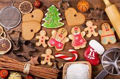 Julmat Hemlagade pepparkakakakor med ingredienser fo royaltyfria foton