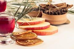 Julmatbakgrund - funderat vin Dekorativ garnering av kryddor och drinkar på den vita trätabellen Arkivbilder