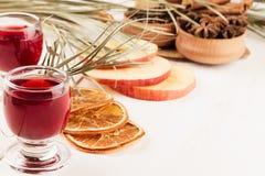 Julmatbakgrund - funderat vin Dekorativ garnering av kryddor och drinkar på den vita trätabellen Royaltyfria Foton