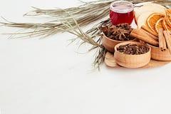 Julmatbakgrund - funderat vin Dekorativ garnering av kryddor och drinkar på den vita trätabellen Royaltyfria Bilder