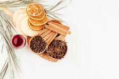 Julmatbakgrund - funderat vin Dekorativ gräns av kryddor och drinkar på det vita wood brädet Royaltyfria Foton