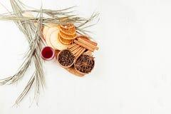 Julmatbakgrund - funderat vin Dekorativ gräns av kryddor och drinkar på det vita wood brädet Arkivfoto