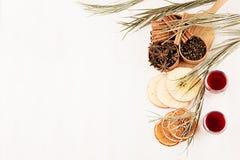 Julmatbakgrund - funderat vin Dekorativ gräns av kryddor och drinkar på det vita wood brädet Royaltyfri Foto