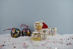 Julmatfotografi genom att använda marshmallower som formas som snögubben och anseende i snö med kakan och struntsaker för kräm- s Royaltyfri Bild