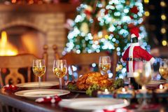 Julmatställe på brandstället och Xmas-trädet royaltyfri fotografi