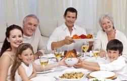 julmatställe som äter familjen royaltyfri bild