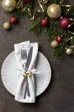 Julmatställetabell med den vita plattan, gaffeln, kniven och servetten fotografering för bildbyråer