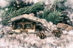 Julminiatyrstuga på vinterbakgrundsbegrepp arkivbild