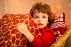 Julmiraklet, den magiska gåvaasken och ett barn behandla som ett barn pojken arkivfoto