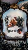 Julmodell av ett hus som omges av snö och träd Royaltyfria Bilder