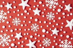 Julmodell som göras av vita snöflingor, snö och stjärnor på röd bakgrund slitage vit vinter för härlig stående för begreppsklänni arkivfoton