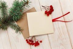 Julmokup Ram för trädfilial, tomma kort med rönnbäret Royaltyfri Bild