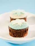 Julmuffin med vit och blått snöar flingagarnering. på Fotografering för Bildbyråer