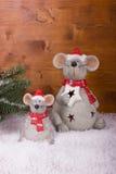 Julmus i snö på en träbakgrund Royaltyfri Bild