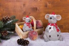 Julmus med korgen och juläpplen Arkivbild