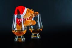 Julnallebjörn med exponeringsglas av enkel maltwhisky, symbolnolla royaltyfri fotografi