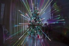 Julnatt hemma med fyrverkerier effekt och regnbågeljusjul Royaltyfri Fotografi