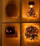 Julnattetidsikt av trädet till och med frostat fönster fortfarande Arkivbilder