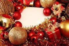 Julobjekt i rött och guld- tema med den vita ramen för skriver ord Royaltyfria Foton