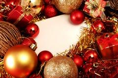 Julobjekt i rött och guld- tema med den vita ramen för skriver ord Royaltyfria Bilder