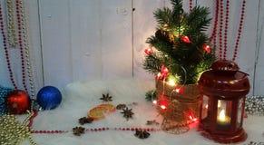 Julordning av dekoren för ` s för nytt år i en festlig afton royaltyfri bild