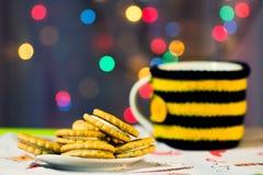 Julordning av söta kakor på bakgrunden av en kopp te arkivfoto