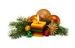 Julordning i en lantlig stil med prydnader som göras av s Royaltyfria Foton