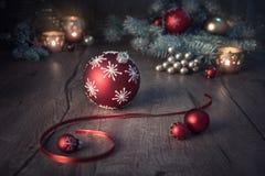 Julordning i rött och grönt på trätabellen arkivbild