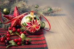 Julordning i rött och grönt på trätabellen, textbrunnsort arkivbild