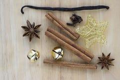 Julordningar på trätabellen, Xmas-kryddan och garneringar royaltyfri bild