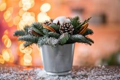 Julordningen med norrman sörjer Nobilis och som dekorerar med leksaker Girlandbokeh på bakgrund mörkt trä fotografering för bildbyråer