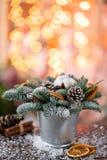 Julordningen med norrman sörjer Nobilis och som dekorerar med leksaker Girlandbokeh på bakgrund mörkt trä arkivbilder