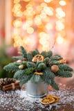 Julordningen med norrman sörjer Nobilis och som dekorerar med leksaker Girlandbokeh på bakgrund mörkt trä royaltyfria bilder