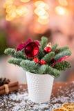 Julordningen med norrman sörjer Nobilis och som dekorerar med leksaker Girlandbokeh på bakgrund mörkt trä royaltyfri foto