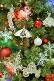 Julpäls-träd med struntsaker i en lantlig inre royaltyfri bild