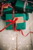 Julpackar med den röda pilbågen Arkivfoto