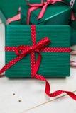 Julpackar med den röda pilbågen Royaltyfri Fotografi
